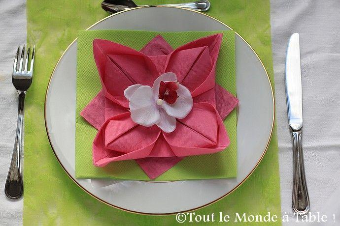 Pliage de serviette de table en forme de fleur