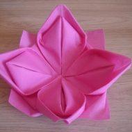 Pliage de serviette en forme de lotus